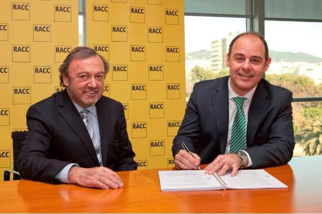 Josep Mateu, director general del RACC, junto a Enrique Solbes, director general de HP Enterprise Services, que se dispone a firmar el acuerdo.