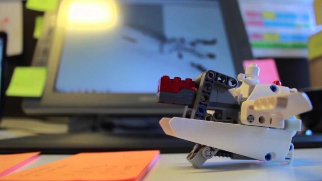 Una mano protésica, un juguete Lego