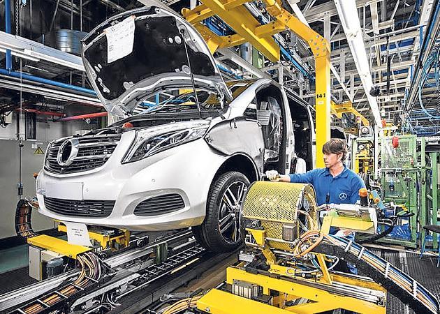 Mercedes despide robots para fichar trabajadores