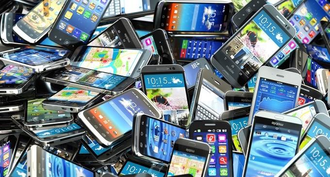 El número de líneas de telefonía móviles de contrato duplica al de líneas fijas