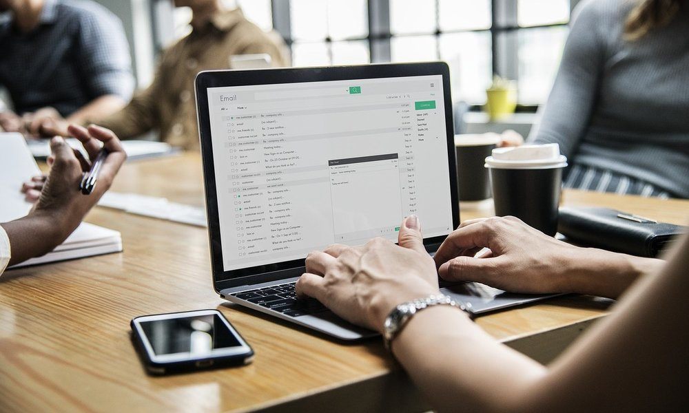 El 61% de los empleados de las empresas comparten información sensible por email
