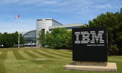"""IBM sigue con la reestructuración de su modelo de negocio, lo que implica una nueva oleada de despidos, que sigue a las que inició hace ya algunos años. Se va a producir esta misma semana, e implicará la salida del gigante azul de unos 2.000 trabajadores. A pesar de la abultada cifra, estos despidos afectarán a menos de un 1% de su plantilla, que según Bloomberg, a finales del año pasado superaba las 350.000 personas. La compañía ha confirmado estos despidos, que implican la salida de """"un pequeño porcentaje de empleados"""" que no están rindiendo """"a nivel competitivo"""". Estas salidas están en línea con los movimientos de la compañía en los últimos años, tal como han confirmado desde IBM. En la empresa apuntan a que siguen reposicionando el equipo para alinearlo con su foco """"en los segmentos de alto valor del mercado de TI"""", al mismo tiempo que contratan de manera agresiva """"en áreas nuevas y críticas que proporcionan valor a clientes y a IBM"""". En IBM llevan varios años realizando despidos de empleados de departamentos que no son prioritarios en la estrategia de crecimiento y cambio de modelo de negocio de la compañía. Mientras, en áreas como Inteligencia Artificial y Cloud, la compañía ha disparado el número de contrataciones a lo largo de los últimos años. En Estados Unidos los despidos comenzaron en 2016, y desde entonces se han producido varias rondas de salidas en su plantilla prácticamente en todos los países en los que IBM cuenta con presencia. Todo para enfocar sus esfuerzos en los distintos campos de la Inteligencia Artificial, así como en la nube. IBM se ha visto obligada a cambiar su modelo de negocio después de pasar varios años por detrás de otras grandes de la tecnología. Para salir de esta situación, el gigante azul comenzó con su reestructuración, apostando por nuevas áreas y dejando atrás otros segmentos de negocio que ya no son tan competitivos. Esto, además de un cambio en la asignación de recursos y despidos, ha implicado también la contratación de dec"""