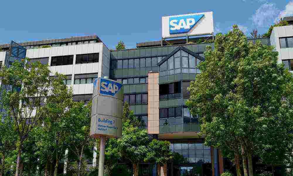 """SAP ha anunciado su compromiso para dar soporte a SAP S/4HANA al menos hasta 2040, un paso que tiene como finalidad ofrecer seguridad a sus clientes de grandes empresas, para que vean que pasarse a esta plataforma ERP es un esfuerzo que merece la pena. Además, SAP ofrecerá soporte durante más tiempo a su Business Suite 7, que se amplía de 2025 com fecha límite hasta 2027. Tal como ha manifestado Christian Klein, uno de los CEO de SAP, los clientes de la compañía """"demuestran que su futuro camina hacia SAP S/4HANA y que esperan un compromiso a largo plazo de SAP con esta plataforma"""". Klein ha señalado también que son conscientes de que sus clientes tienen en marcha transformaciones de calado de sus negocios, en las que están usando las capacidades de la solución. De hecho, """"una encuesta reciente del Grupo de Usuarios de SAP América mostró que no había un solo cliente que no planeara migrar a SAP S/4HANA. Además, el Grupo de Usuarios de SAP Alemania indica en su última encuesta publicada que las inversiones de los clientes en SAP S/4HANA están aumentando significativamente. En respuesta a esto y a la demanda de posibilidades de elección de nuestros clientes, SAP proporcionará una flexibilidad adicional para aprovechar plenamente las oportunidades de innovación de SAP S/4HANA que refleja el ritmo individual y la complejidad de los proyectos de nuestros clientes"""". SAP S/4HANA es una suite inteligente pensada para facilitar el paso a una empresa digital inteligente. Se basa en las mejores prácticas y en la automatización que permite conseguir la Inteligencia Artificial. Hasta la fecha ya lo han elegido más de 13.800 clientes, y la mayoría ya está desplegando la solución para avanzar en su transformación digital. Según la mencionada encuesta del Grupo de Usuarios de SAP Alemania (DSAG), más del 49% de los clientes planea migrar a SAP S/4HANA en los próximos tres años. En cuanto a SAP Business Suite 7, ofrecerá como hemos visto dos años más de mantenimiento general para las"""